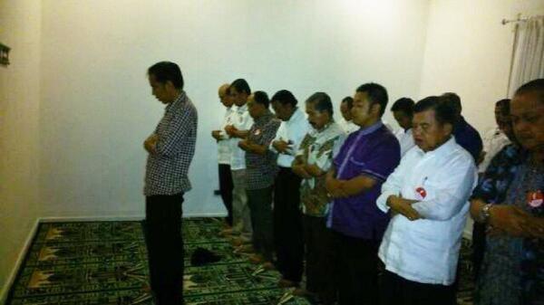 Foto Jokowi jadi imam sholat Magrib