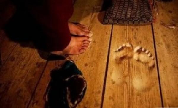 Kaki membekas di lantai setelah berdoa 20 tahun