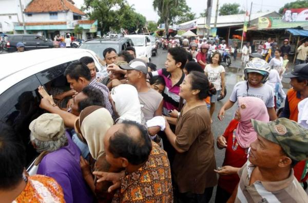 Foto Jokowi masuk mobil