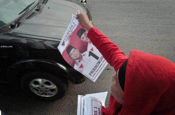 Foto Pendukung Prabowo membagikan Selebaran