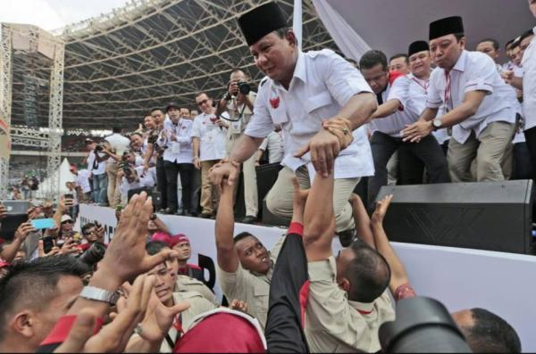 Foto Prabowo dibopong masa