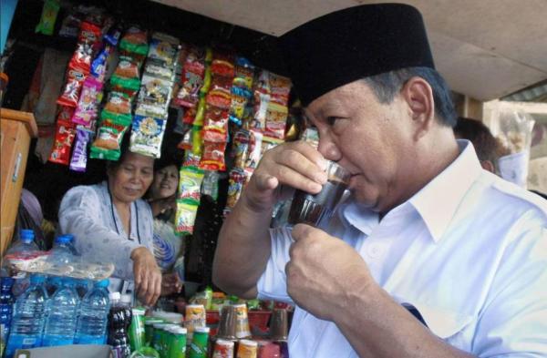 Foto Prabowo Minum kopi di warung