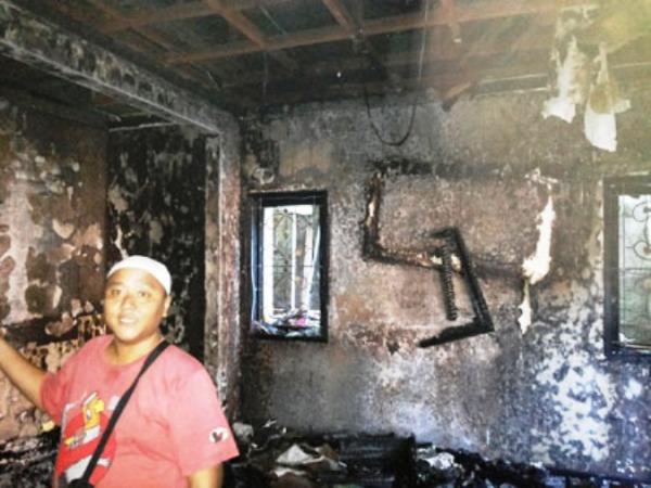 Foto rumah Ustad Jeffry Al Buchory terbakar