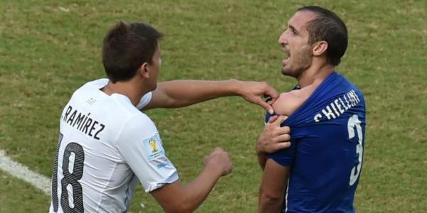 Giorgio Chiellini menunjukan bekas gigitan suarez