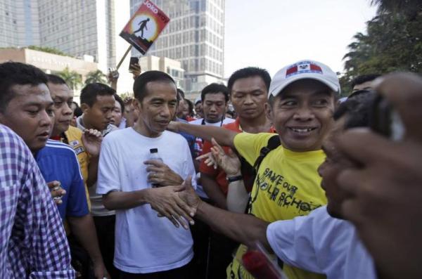 Jokowi Bersalaman dengan Simpatisan