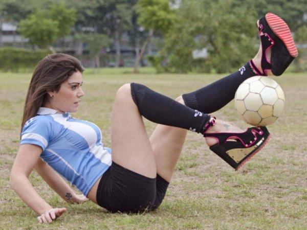 Jugling bola dengan sepatu wiges