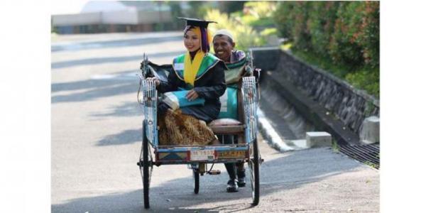 Raeni Datang ke tempat wisuda diantar oleh bapaknya dengan Becak