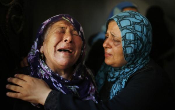 Para ibu Palestina pun berduka. REUTERS/Mohammed Salem.