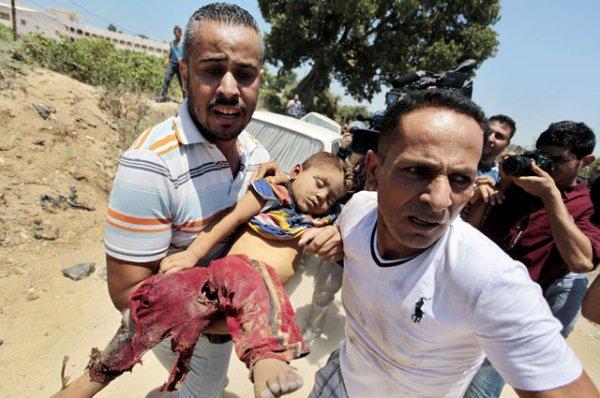 Salah satu anak tak berdosa yang tewas akibat rudal Israel dievakuasi. REUTERS/Ashraf Amrah